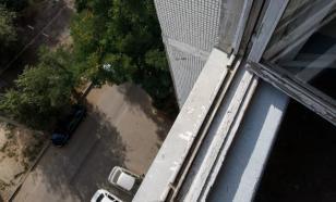 В Уфе два малыша едва не выпали из окна, их подхватил молодой человек