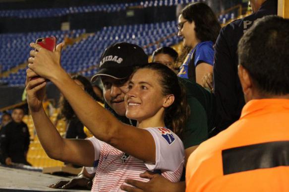 Фанат схватил футболистку за грудь и лишился права ходить на стадион