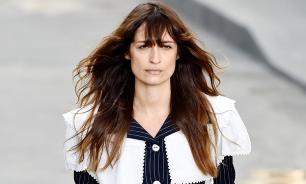 Модель Chanel продемонстрировала осеннее платье