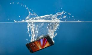 Эксперты рассказали, что нельзя делать, если смартфон упал в воду