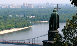 Киевский памятник князю Владимиру вновь декоммунизировали с помощью свастики