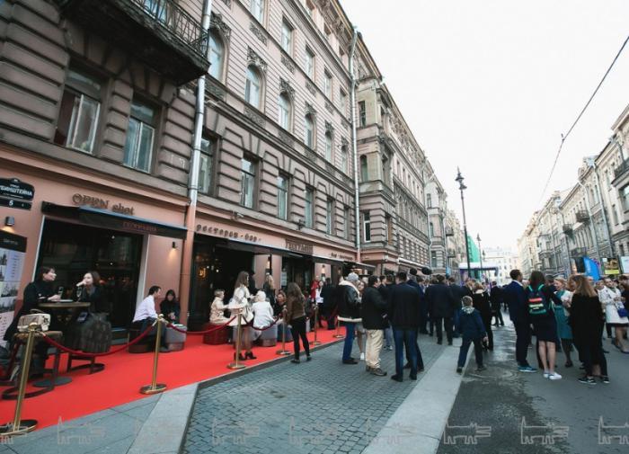 Питерская улица, где пьют, устраивает всех, кроме тех, кто на ней живет