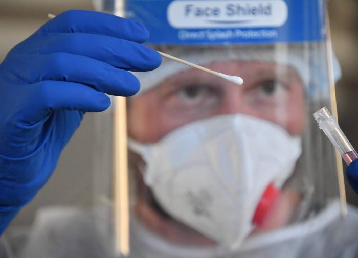 Сотню сданных тестов на коронавирус потеряли в Свердловской области