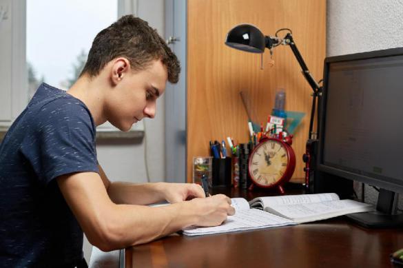 Первый день дистанционного обучения в России с треском провалился