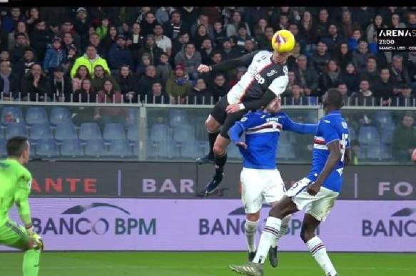 Роналду забил гол, выпрыгнув на высоту 2,56 метра