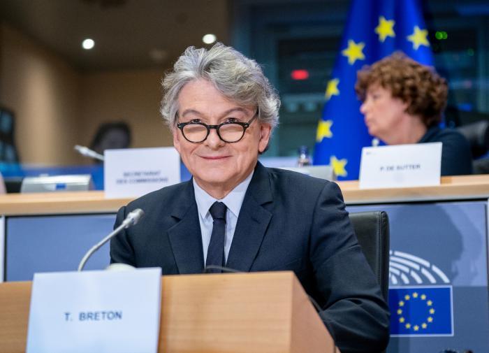 """В Еврокомиссии заявили: ЕС """"абсолютно не нужен"""" Sputnik V"""