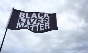 На посольствах США будут развеваться два флага: государственный и флаг BLM