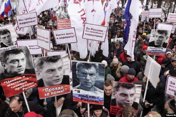 """Организатор """"марша Немцова"""" плюнул в активиста за неугодный вопрос"""