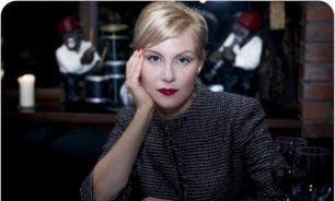 Рената Литвинова появилась на модном показе с кредитными картами в ушах