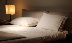 Врачи объяснили, кому нужно спать без подушки