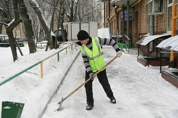 СМИ: фейковые чиновники выходят чистить снег по всей стране