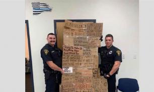 Американские полицейские гордятся табличками, которые отняли у нищих