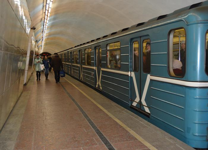 Обрушились на девушку матом: в метро Москвы - новый конфликт с мигрантами