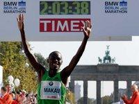 Кенийский бегун побил мировой рекорд в марафоне.