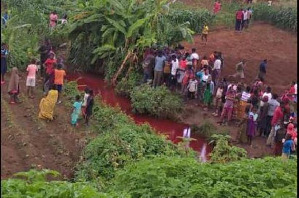 Африканских рыбаков напугала красная река