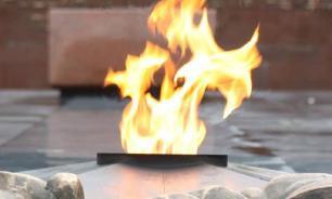 Подростки плюнули в Вечный огонь на Украине