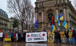 Укропатриотов в Париже забросали яйцами