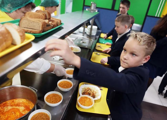 Учеников начальных классов будут бесплатно кормить в школе