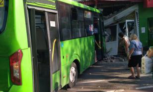 В Тюмени пассажирский автобус въехал в книжный магазин