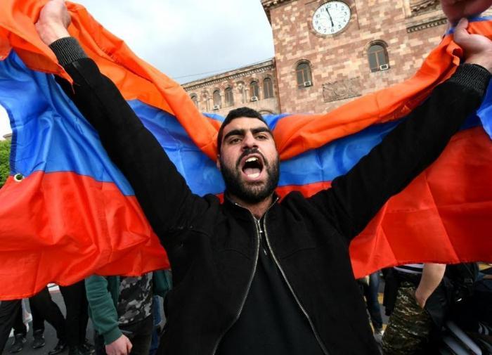 В Ереване оппозиционеры провели уже вторую ночь у здания парламента