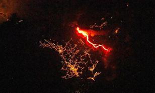 Пугающе красиво: российские космонавты публикуют снимки извержения вулкана