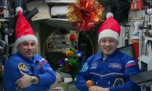 Члены экипажа МКС нарядили новогоднюю елку