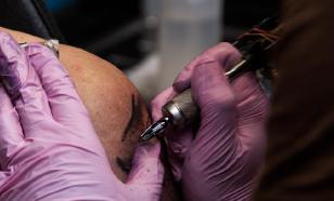 Любителя бесплатных татуировок наказал татуировщик