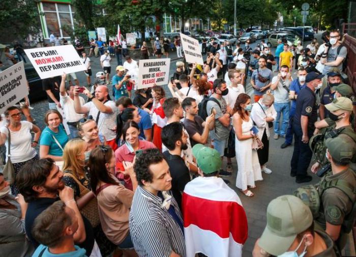 В Киеве пытались забросать посольство Белоруссии яйцами