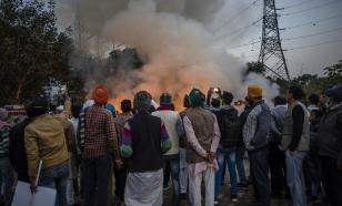 В Индии протестующие фермеры крушат сотовые вышки