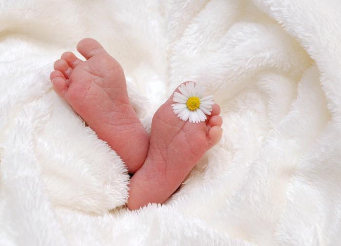 Лодочник из Индии выловил из реки коробку с живой новорожденной девочкой
