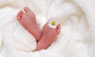 Лодочник из Индии выловил из реки коробку с живой новорождённой девочкой