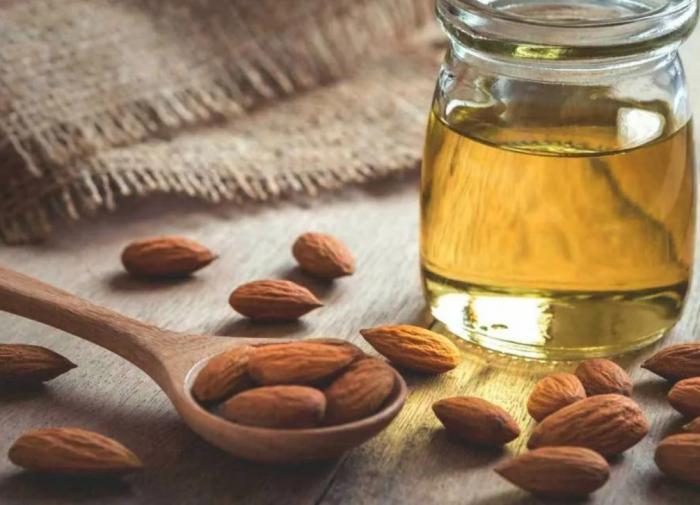 В чем заключаются полезные свойства миндального масла?
