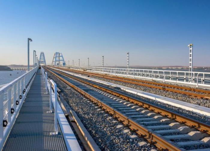 На Крымском мосту открыли движение грузовых поездов