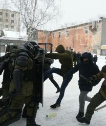 Сотрудники военной полиции дважды разыграли разгон митинга перед школьниками