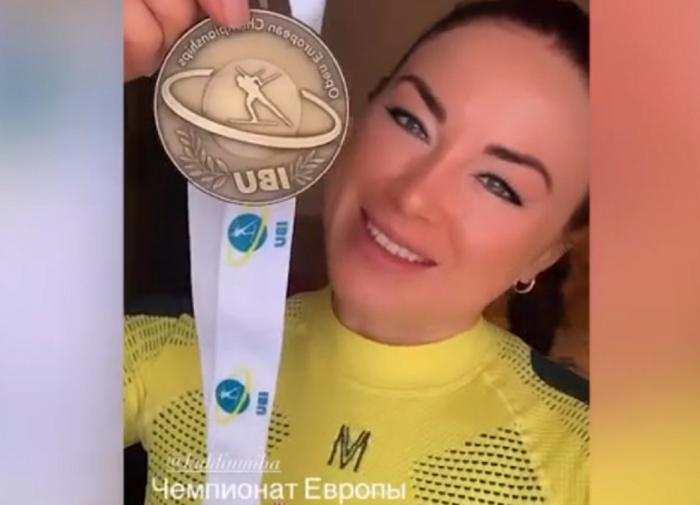 Куклина показала болельщикам медаль чемпионата Европы