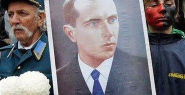 """Тысячи поляков вспомнили Волынскую резню и вышли с плакатами """"Стоп Бандере"""""""