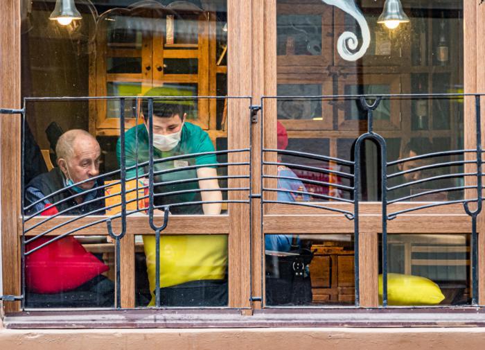 Петербугские рестораторы просят Беглова запретить их работу в Новый год