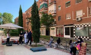 Испанцы стоят в очередях за бесплатной едой