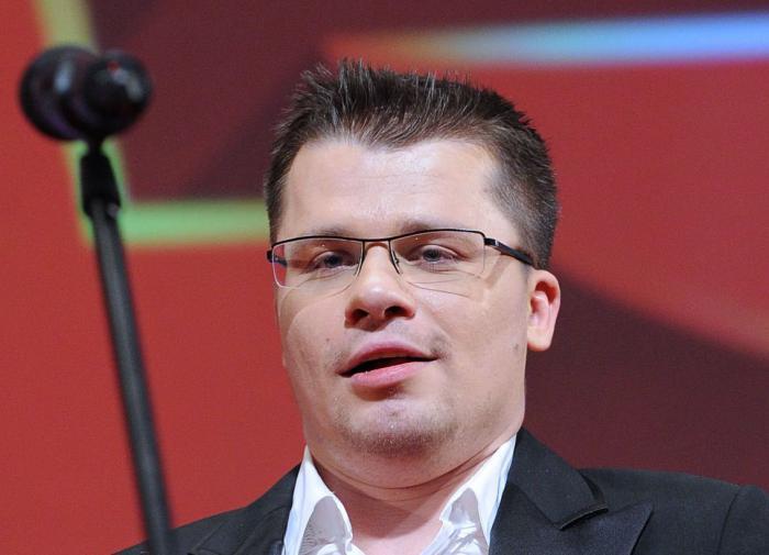 Гарик Харламов рассекает по Москве в образе пенсионера