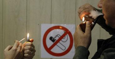 В Латвии предложили ввести уголовную ответственность за курение рядом с детьми