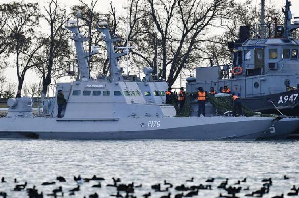 Задержанные украинские корабли начали покидать Керчь
