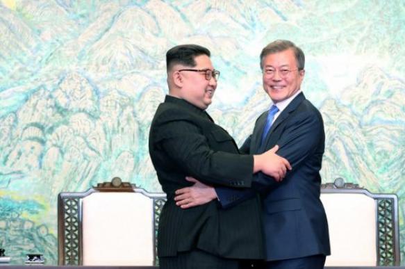 Глава Южной Кореи раздает щенков от подаренных ему Ким Чен Ыном собак