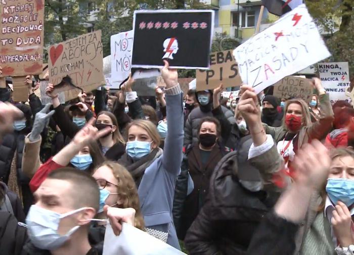 Протесты в Польше перерастают в женскую забастовку