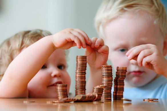 Правила выплат семьям с детьми до трех лет утвердили в России