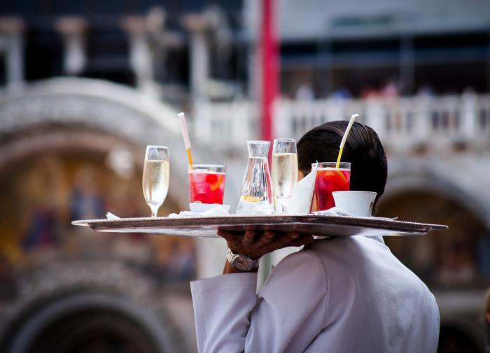 В России ресторанам запретят включать в чек посетителей чаевые