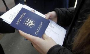 Украинцы массово правят свои паспорта - ФСБ