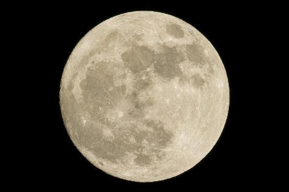 На поверхности Луны появился яркий неопознанный объект