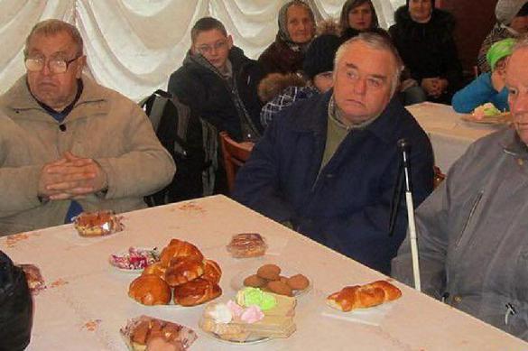 Чиновники закатили пир на глазах у инвалидов, усадив их за пустые столы. Видео