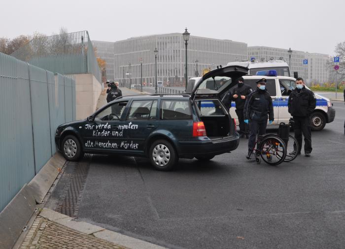 Инцидент у офиса Меркель: новые подробности