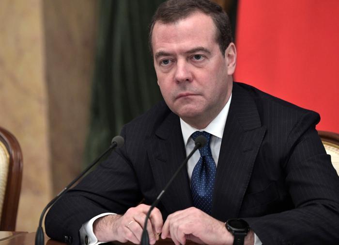 """Политолог: Медведеву грозит """"политическое небытие"""""""